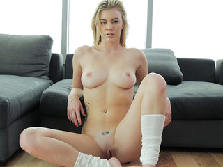 Blond give foot job